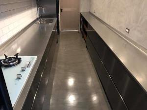 創意壁材牆面及櫃體施做效果(005灰亮面鍍膜)安和路居家空間