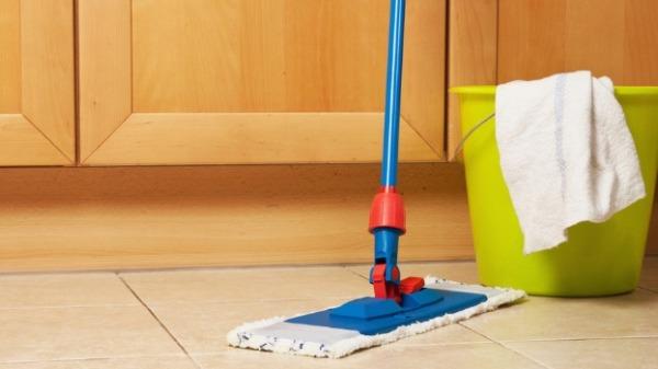 如何清潔廚房的地板油污: