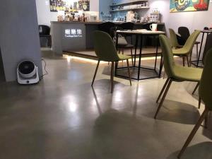 卡多泥創意地坪 - 無縫地坪 | 灰與暖的交錯(咖啡廳商業空間)