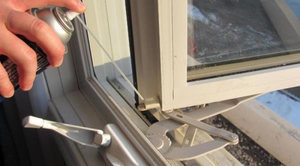 門窗清潔後的潤滑作業很重要,提升使用流暢度及延長滾輪