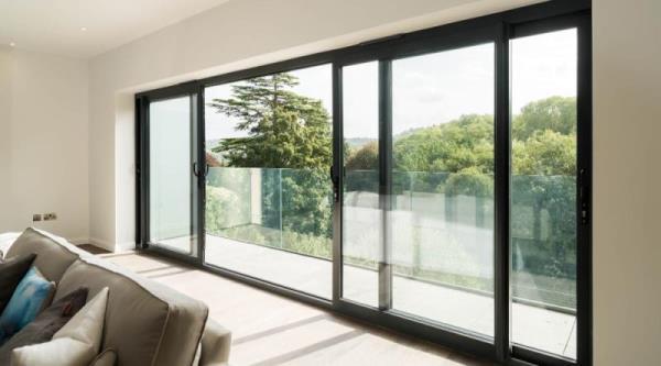 鋁門窗定期清潔保養,保持透亮、透氣及確保安全性